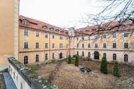 """""""Zámek se začal stavět na začátku 18. století jako nová rezidence jezuitů. Projekt vypracoval architekt Kilián Ignác Dientzenhofer. V roce 1773 byl ale jezuitský řád zrušen a zámek připadl náboženskému a studijnímu fondu,"""" říká realitní makléř a spoluautor databáze Prázdné domy Radomír Kočí."""