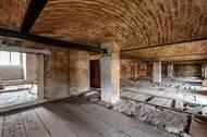 Budoucího vlastníka navíc čeká nákladná rekonstrukce, která navrátí zámek do původní podoby. Stavba je totiž památkově chráněná.