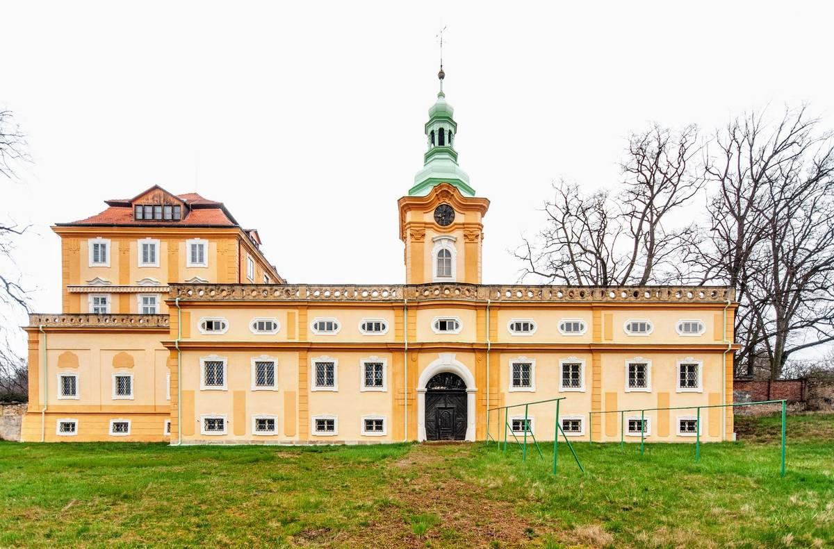 Zámek má novou fasádu a celkově je v dobrém stavu. Hlavní budova je postavená do tvaru písmene U a k ní přiléhá ještě několik budov.
