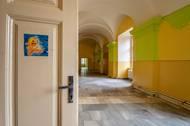 Do roku 2016 v něm byl ústav pro mentálně postižené, který se podepsal na současném vzhledu interiéru.