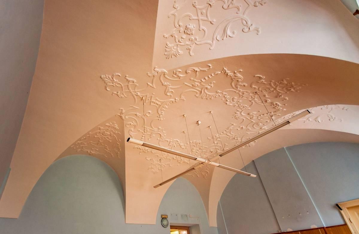 V interiéru se najdou jak lunetové, křížové, tak i plackové klenby.