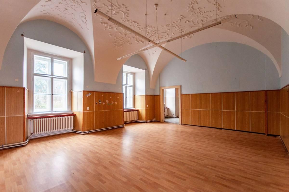 Podlahy jsou pokryté linem a stěny obložené umakartem. V místnostech jsou však opravené barokní klenby a štuky.