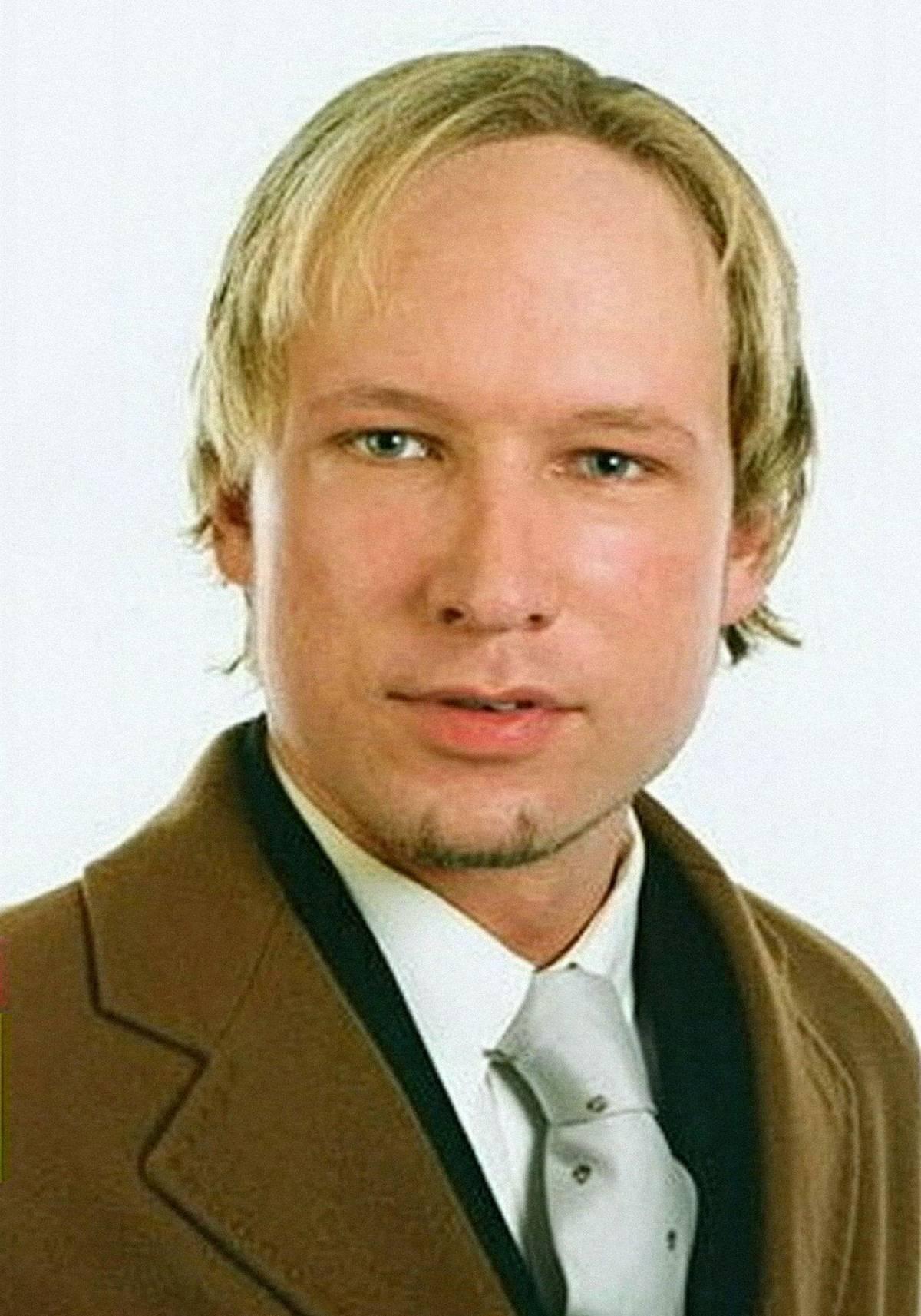 Anders Breivik se narodil 13. února 1979 v Oslu. Jeho matka ho v dětství psychicky týrala a bila. V roce 2005 se přidal do zbrojařského klubu, do armády se dříve hlásil neúspěšně. Založil společnost, která zbankrotovala, v roce 2009 neměl žádný příjem. Nyní se označuje za fašistu a nacistu, který podporuje etnický nacionalismus.