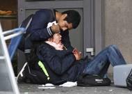 Zranění byli náhodní kolemjdoucí, kterým přímo na ulici lidé poskytovali první pomoc.