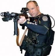 Po čtvrt na šest odpoledne Breivik stále v převlečení za policistu vystoupil z lodi na ostrově. V kufříku měl celý arzenál zbraní. Jeho prvními oběťmi se stal člen ochranky a organizátorka tábora.