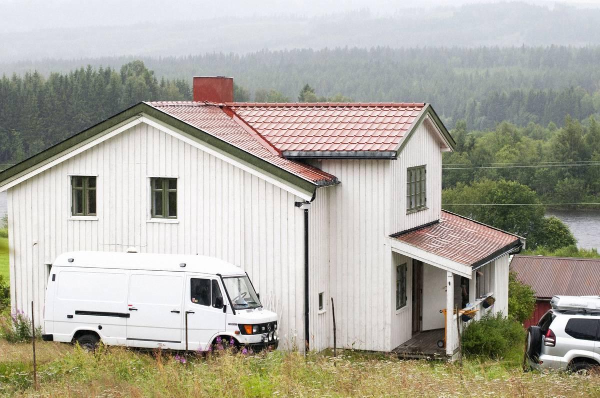 Oslo, 22. července 2011. Pár minut po čtvrt na čtyři odpoledne zaparkovala ve vládní čtvrti před sídlem premiéra bílá dodávka, ze které vystoupil muž oblečený do policejní uniformy. Přesedl do jiného vozu a odjel pryč. Na snímku je farma, kde Anders Behring Breivik celý útok připravoval.