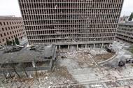 Většina úředníků měla dovolenou, přesto výbuch zabil šest žen a dva muže a zranil okolo 200 lidí.