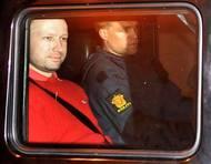 Soudní proces s Breivikem začal v dubnu 2021. Řešilo se mimo jiné i to, jestli byl vůbec příčetný. Nejprve mu odborníci diagnostikovali paranoidní schizofrenii, další vyšetření ale došlo k závěru, že trpí narcisistickou poruchou osobnosti. Na snímku je terorista brzy po svém zadržení.