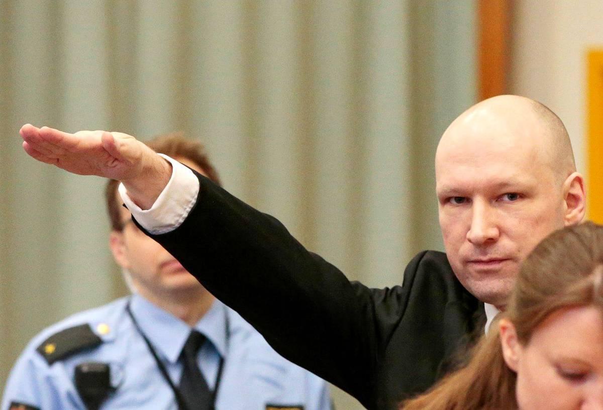Breivik do soudní síně přišel se zdvihnutou zaťatou pěstí a následně chladně popisoval, jak zabil 77 lidí. Při odvolacím řízení v roce 2016 dokonce v soudní síni hajloval.
