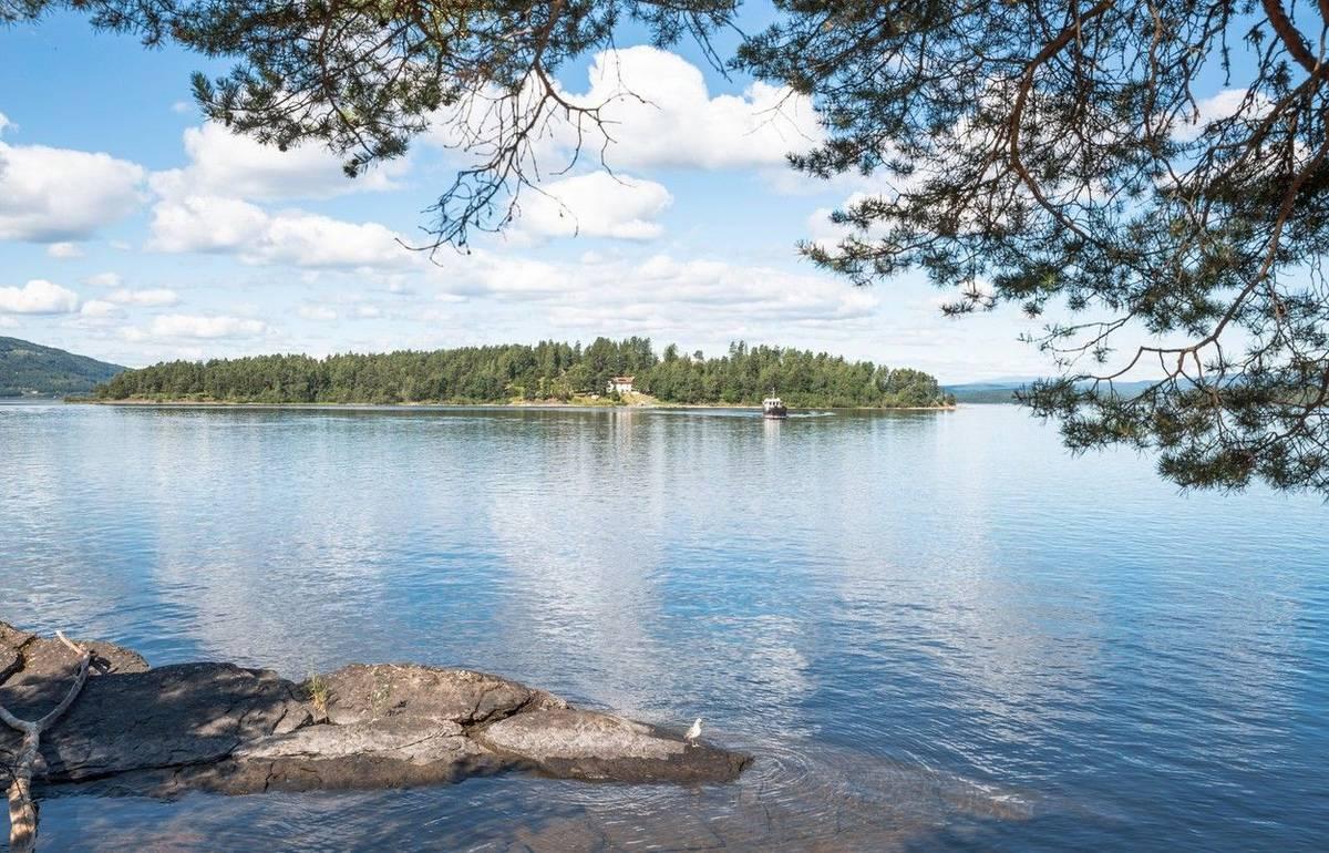 Anders Behring Breivik přestrojený za policistu po výbuchu v Oslu odjel 40 kilometrů severozápadním směrem na ostrov Utöya.
