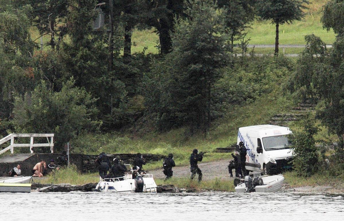 Dvakrát přitom sám zavolal policii, aby se vzdal. Ta byla ale po útoku v Oslu zmatená a jednotlivé složky spolu nekomunikovaly.