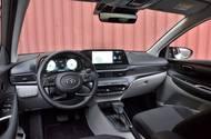 V interiéru se i20 v top verzích snaží zaujmout digitálními budíky a velkým displejem navigace. Ergonomie je velice dobrá, ale kvalita použitých materiálů například za konkurenčním Renaultem Clio pokulhává.