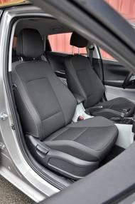 Součástí paketu Premium, který zvedne cenu top verze Style o dalších 50 000 korun, jsou i tato pohodlná sportovní sedadla se slušným bočním vedením.