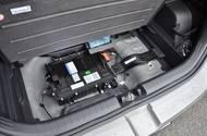 Důvodem je umístění baterie do prostoru pro rezervu. Ten se tak nedá započítat do celkového objemu kufru.