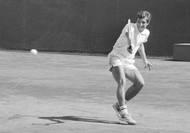 Jan Kodeš se v mládí dlouho rozhodoval mezi tenisem a fotbalem. V týmovém sportu si nevedl vůbec špatně, hrál nejvyšší dorosteneckou ligu za Duklu Karlín. Až když v osmnácti vyhrál Pardubickou juniorku, definitivně zvolil tenisovou cestu. Chyba to rozhodně nebyla. Kodeš navíc zdárně studoval a na pražské VŠE dokonce získal inženýrský titul.