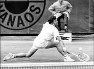 O rok později přišla obhajoba. Kodeš zvládl roli nasazené jedničky, ve finále přehrál Rumuna Ilie Nastaseho. Fotografie je však z roku 1972, kdy československý tenista prohrál ve čtvrtfinále v pěti setech s domácím Patrickem Proisym. Vítězný hattrick nevyšel.