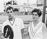 Na snímku z roku 1967 se sestrou Vlastou, rovněž tenistkou, která v letech 1968 a 1970 dvakrát došla do čtvrtfinále French Open. Rodina byla sportovně založená, Kodešův otec vyhrál republikové mistrovství v kolové a reprezentoval v pozemním hokeji. Maminka se věnovala tenisu, hrála pražský přebor.
