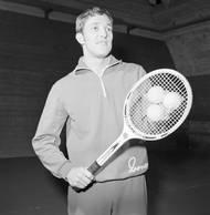 Rok 1970, Jan Kodeš se připravuje na tenisové turnaje v Americe. Už coby grandslamový šampion. V roce, kdy jeho sestra zářila na pařížských dvorcích, se poprvé výrazně prosadil i on. Na Roland Garros přišel jeho první nečekaný triumf.