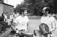 Kodeš sice platil za specialistu na antuku, takové označení ale nebylo úplně přesné. Ve stínu dvou pařížských triumfů neprávem zůstávají dva obrovské úspěchy na US Open. V letech 1971 a 1973 hrál neohrožený Čechoslovák v New Yorku dvakrát finále. Poprvé ve čtyřech setech s domácím Stanem Smithem, podruhé po pětisetové bitvě s Australanem Johnem Newcombem. Na snímku v roce 1973 s trenérem Pavlem Kordou na kurtech pražské Sparty.