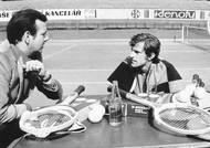 Samostatnou kapitolou Kodešovy kariéry byl Davisův pohár. Pětasedmdesátiletá legenda dodnes drží některé národní rekordy: nejvíce vítězství (60), nejvíc sehraných daviscupových víkendů (39) a nejdelší reprezentační období (15 let). Na snímku s tehdejším nehrajícím kapitánem Antonínem Bolardtem při přípravě na duel s Itálií v roce 1973.