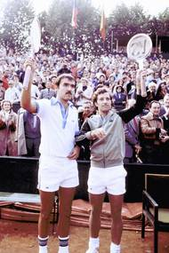Tomáš Šmíd a Jan Kodeš zdraví diváky na Štvanici po výhře ve čtyřhře utkání Davisova poháru ČSSR - Švédsko v roce 1979.