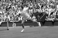 Wimbledon 1974, centrální dvorec. Obhajoba na londýnské trávě se československé hvězdě nepovedla. Čtvrtfinále nebylo špatným výsledkem, v něm ale v pěti setech padl s budoucím vítězem Jimmym Connorsem.