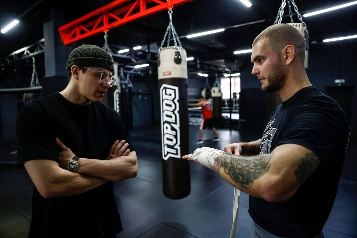 Zakladatelem organizace je Danil Andrejev (vlevo), jenž na snímku rozmlouvá se zápasníkem Danikem Vesněnokem.