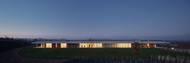 Kromě samotné vily navrhlo studio ADR také vinici a sklep pro lisování vína, stáje pro koně, sportoviště, domek pro správce a hangár.