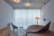 """""""Hmota domu je definovaná dvěma betonovými deskami, podlahou a stropem, mezi nimiž se střídá pět základních provozních celků objektu, které vymezují pět teras. Všechny prosklené stěny nabízejí překrásné výhledy do okolní krajiny,"""" tvrdí architekti."""