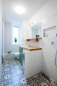 Podlahu v koupelně zdobí retro dlaždičky.