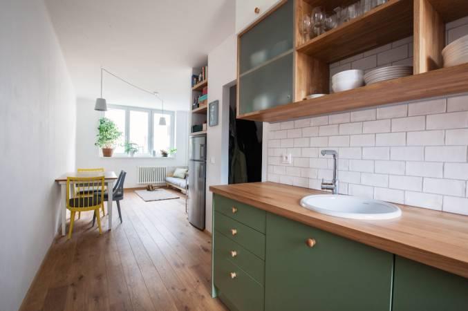 Do kuchyně Monika s Ivetou zvolily pískované sklo, které působí romantickým dojmem, zamaskuje množství nádobí, ale dává tušit obrysy a tvary, takže majitelé vždy vědí, kde hledat.