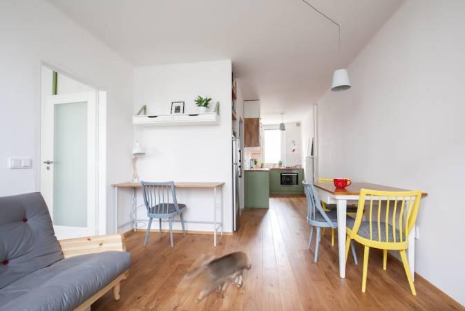 Jedním z požadavků Zuzky a Honzy bylpracovní kout. Do zádveří padljako ulitýa díky oknu v obýváku má i dostatek denního světla.