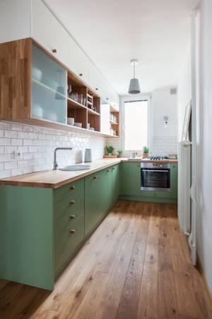 Kuchyně je uzpůsobena do tvaru písmene L. Prostor majitelé zvětšilina úkor staré spíže, umístěné pod oknem.