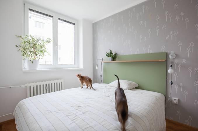 """""""Výrazným prvkem ložnice je dekor na stěně, který si majitelé sami navrhli i namalovali. Právě díky entuziasmu, jež během návrhu a realizace vyvíjeli, se nám podařilo společně vytvořit prostor, který se dobře obývá, a to nejen kočkám,"""" říkáarchitektka."""