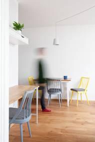 Židle a jídelní stůl, které majitelé zdědili, stačilo zrenovovat pestrobarevnými nátěry. Ušetřily se tak náklady na nový nábytek a bydlení starší kousky dodaly charakter.
