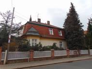 Toto není Praha, nýbrž Čáslav a rodný dům režiséra Miloše Formana. Jeho rodiče se do vily přestěhovali v roce 1922, oba však zemřeli v koncentračním táboře. V ulici tak žil Forman jen do svých osmi let, dnes nese jeho jméno.