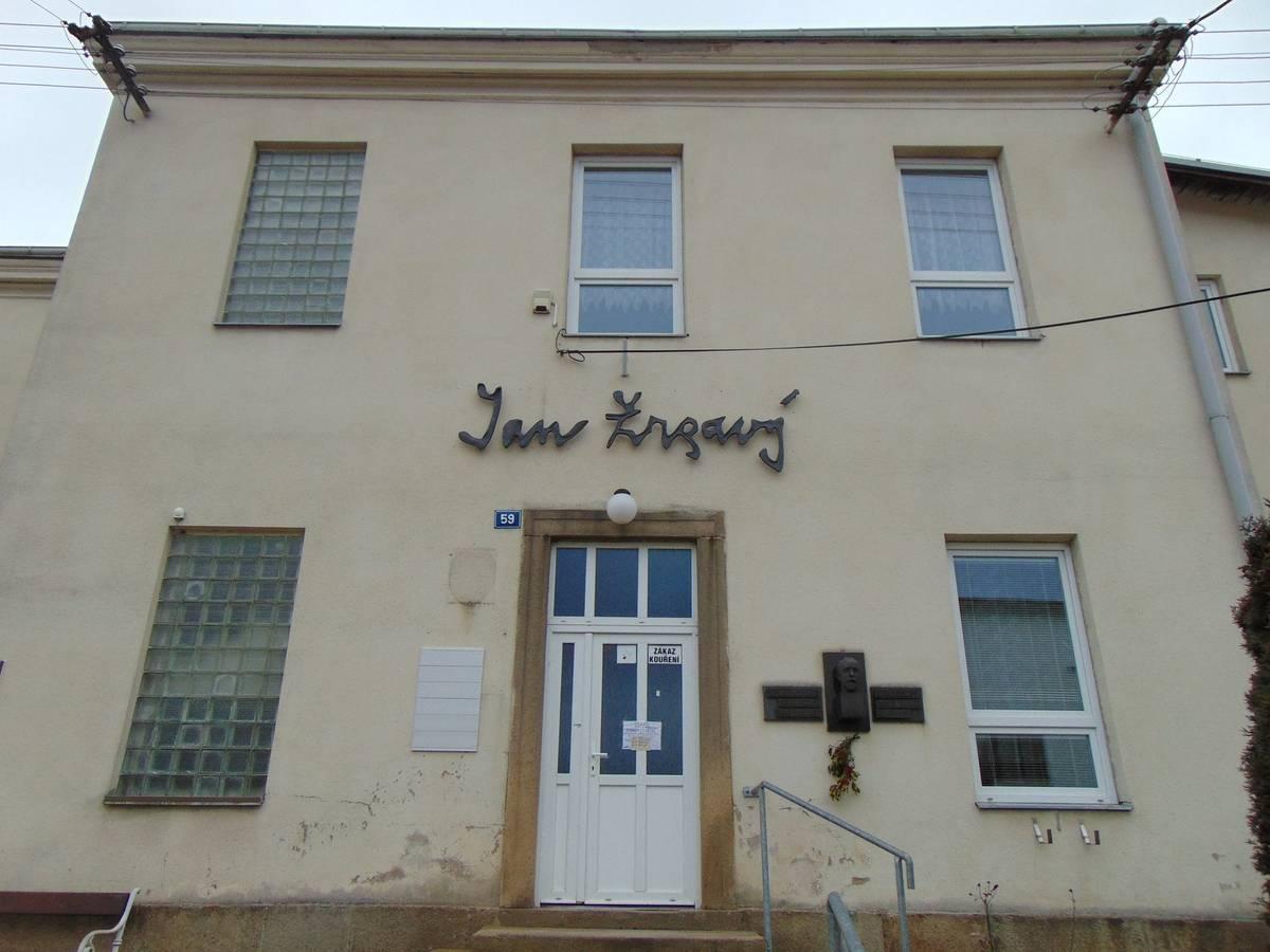 Z Vysočiny pocházel také malíř Jan Zrzavý. Do domu, který do roku 2019 sloužil jako zázemí školy v obci Okrouhlice, si ho rodiče přinesli v roce 1890 jako šesté z celkem devíti dětí.