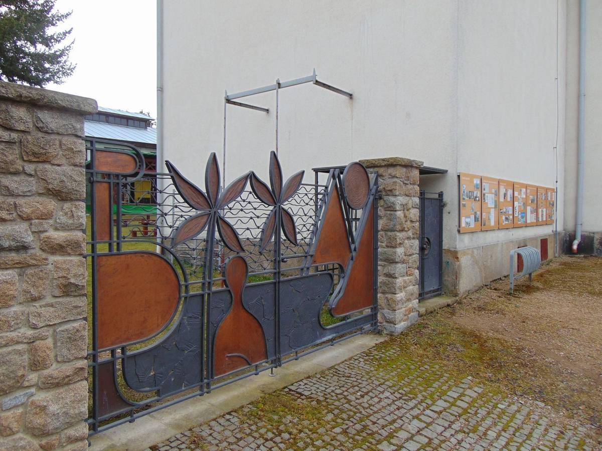 Stavbu s originální branou chtěl do své správy získat spolek Za záchranu rodného domu Jana Zrzavého, loni se ale nepohodl s vedením města, a tak zatím není jasné, co s budovou bude dál.