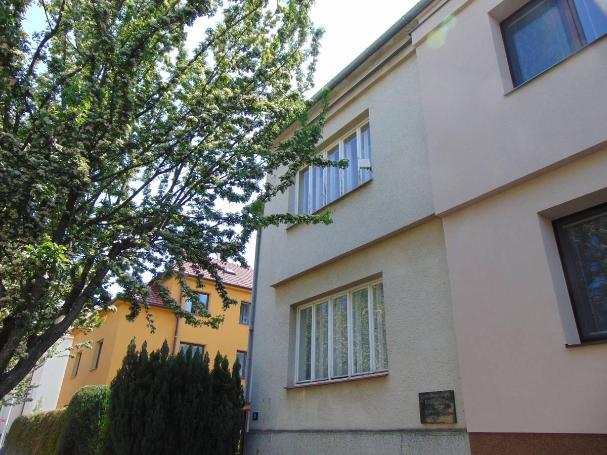 Písničkář a básník Karel Kryl se rok před koncem druhé světové války narodil v Kroměříži a se svými dvěma sourozenci vyrůstal v domě v Březinově ulici. Po likvidaci tiskárny knih v 50. letech minulého století se Krylovi museli přestěhovat do suterénu menšího domu.