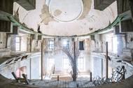 Na jedné straně vznešeného patra byl divadelní sál, který je v současné době uzavřený kvůli rekonstrukci. Na straně druhé byla prostorná místnost s klavírem...