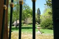 Ze zimní zahrady se vcházelo do překrásné zeleně upravené v anglickém stylu. Park byl vytvořený na násypu, jsou v něm stáje pro kočáry a zahradní domky.