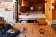 """""""Člověk má možnost koupit si hotový obytný vůz nebo karavan, my jsme si jej chtěli ale upravit podle sebe. Řemeslná práce nás totiž baví, takže jsme si opravování užívali, ale není to pro každého,"""" dodávají."""