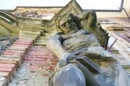 """Hlavní budovu s podélnými """"křídly"""" ve tvaru H nechal v barokním stylu vystavit na základech renesančního zámku a gotického hradu Ferdinand Vilém z Lobkowicz před víc než 300 lety. Od té doby neměl zámek žádné velké přístavby, přibyla jen výzdoba, jako jsou sochy atlantů od Jana Adama Dietze z poloviny 18. století."""