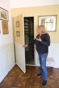 Za tajnými dveřmi ve stěně je ukryté schodiště, které vedlo do ložnice knížete.