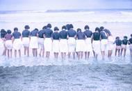 Dívky v uniformách na pláži ve francouzském letovisku Biarritz (1930).