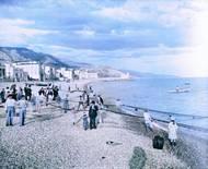 Plavky byly výrazně delší a méně barevné. Na procházky po pláži se chodilo v sukních až po zem nebo v obleku s buřinkou. Ale jinak se toho v nejrůznějších letoviscích za posledních 100 let zas až tolik nezměnilo. Pláže byly a jsou plné lidí, kteří si užívají léta, slunce a vody. Připomeňte si zašlé časy na jedinečných historických snímcích, které koloroval fotoeditor Aktuálně.cz Daniel Poláček. Na tomto snímku jsou zachyceni rybáři v jihofrancouzském Mentonu (kolem roku 1900).