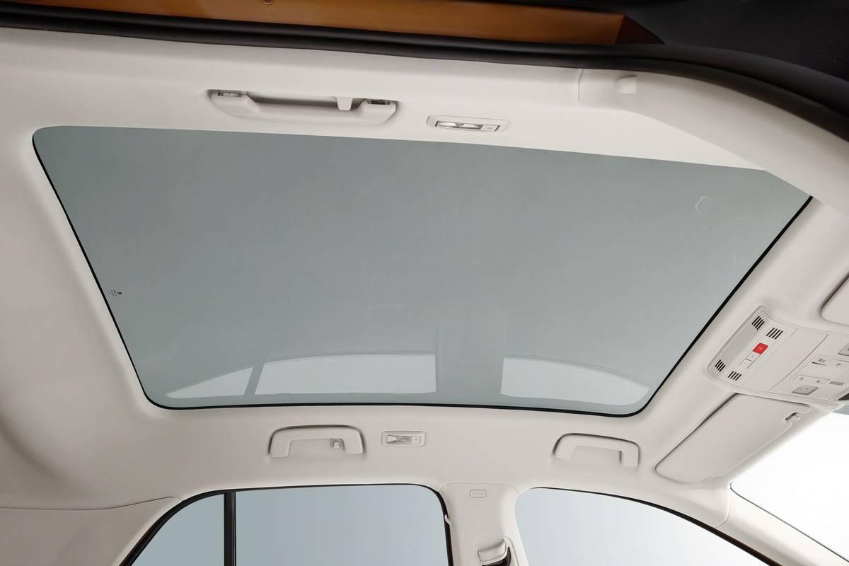 Panoramatická prosklená střecha je přibližně o 15 procent větší než dříve. Pomohlo, že zmizela krycí roletka, přehřívání interiéru má zabránit sklo s filtry.
