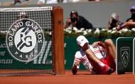 Ve čtvrtfinále proti Matteu Berrettinimu si Djokovič v podobné situaci sedřel ruku, tentokrát se mu ale nic nestalo.