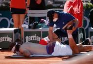 Řekovi dokonce musel pomáhat fyzioterapeut. Rozdíl ve fyzické kondici obou hráčů byl stále výraznější. Zatímco Tsitsipasovi síly citelně ubývaly, Djokovič vypadal pořád čerstvější.