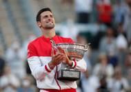 """Novak Djokovič udělal důležitý krok k budoucímu označení """"nejlepší hráč všech dob"""". Po Australian Open letos ovládl i Roland Garros a s devatenácti grandslamovými tituly je už jen o jeden za Rafaelem Nadalem a Rogerem Federerem. Největším favoritem navíc Srb bude i na blížícím se Wimbledonu."""
